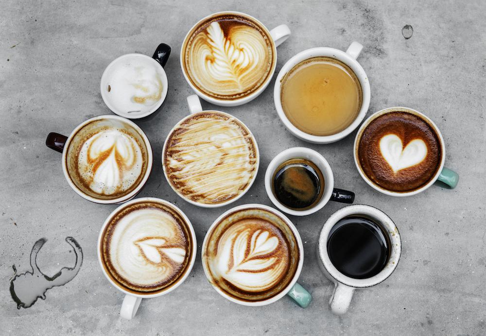 Tazas de café con diferentes bebidas